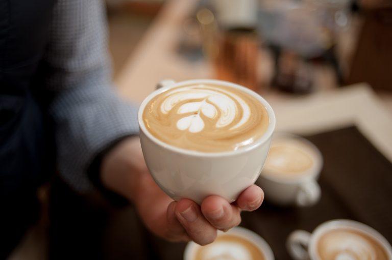 Latte Art ☕️: Tout savoir pour s'entraîner à la maison !