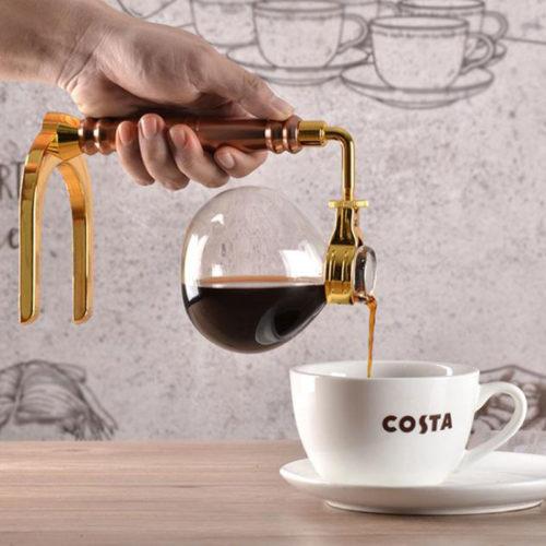 verser le café avec la boule