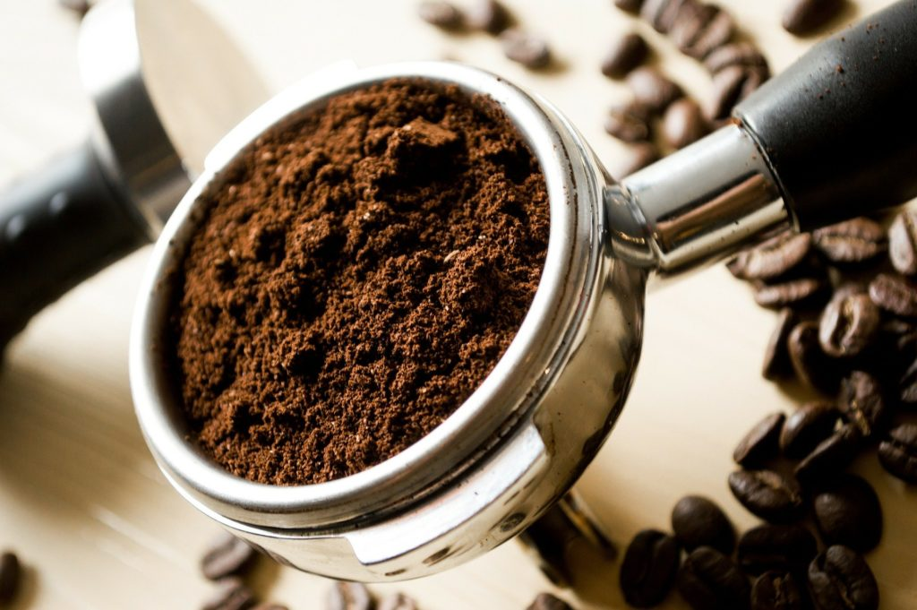filtre à café rempli de mouture