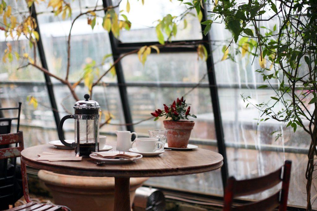 cafetière posée sur une table