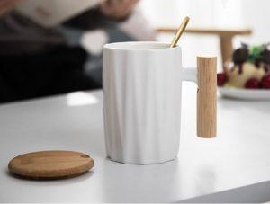 tasse design sur une table
