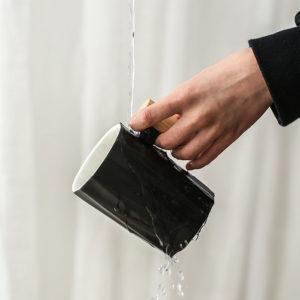 verser de l'eau sur la tasse