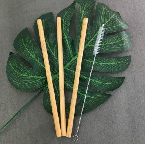 pailles en bambou sur feuille