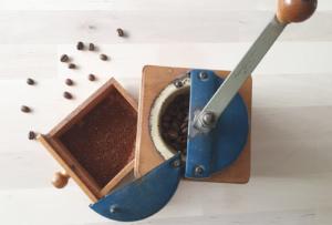 café moulu dans un moulin à café