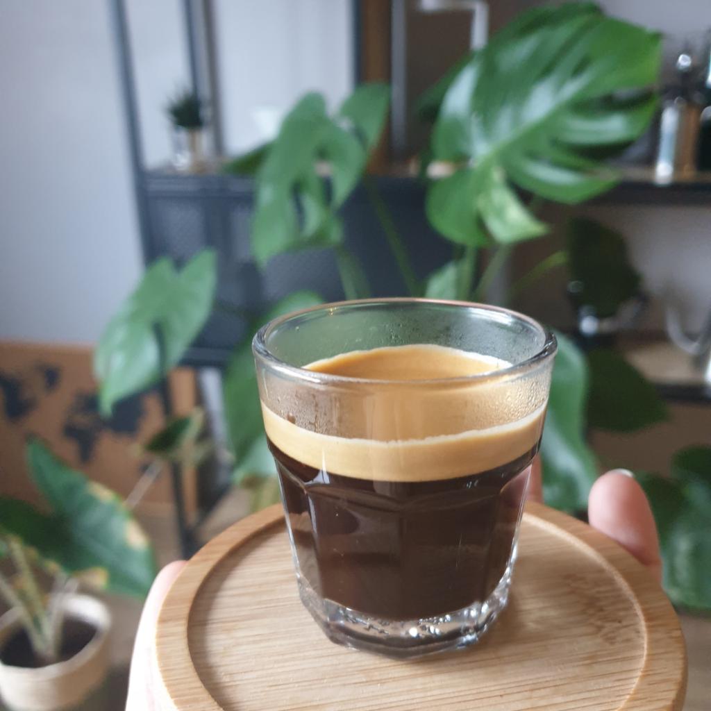 espresso dans un verre à espresso