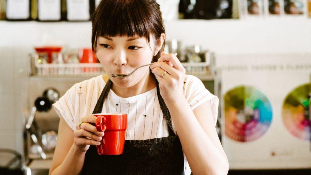 gouteur de café en action